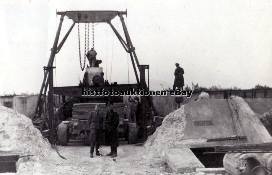 Демонтаж захваченной русской тяжелой 20,3 см батареи в Очакове. Октябрь 1942 г.