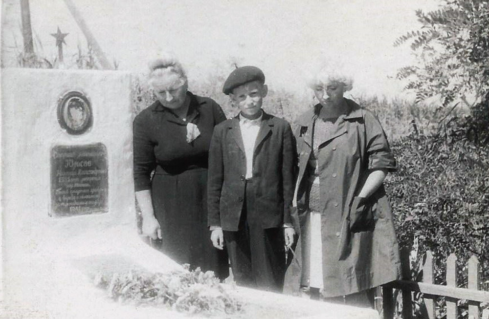 У могилы Юрасова его жена, дочь, и внук. Остров Первомайский