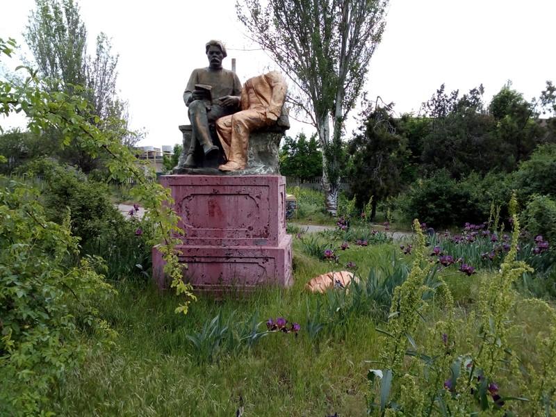 Очаков. Разрушенный памятник Ленину и Горькому