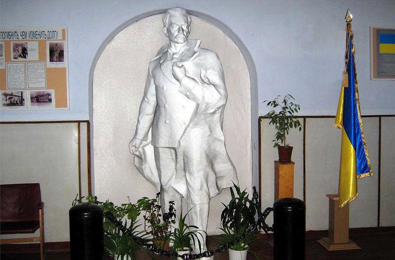 Памятник  П.П. Шмидту в Очаковской СШ №2